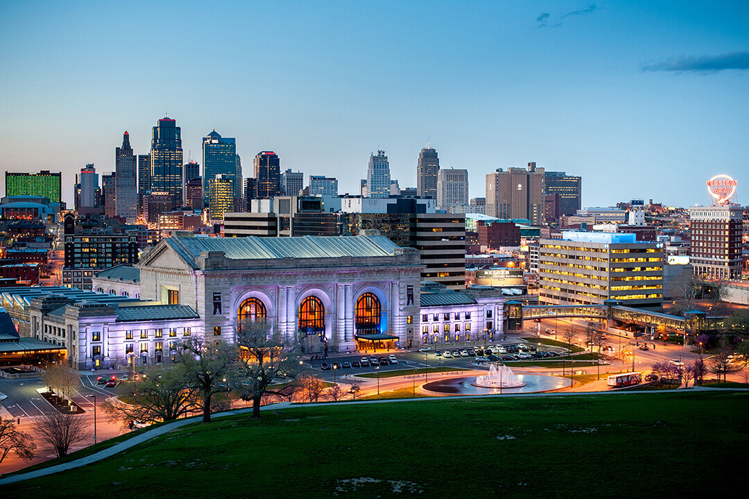 An overview of the beautiful Kansas City skyline in the evening.