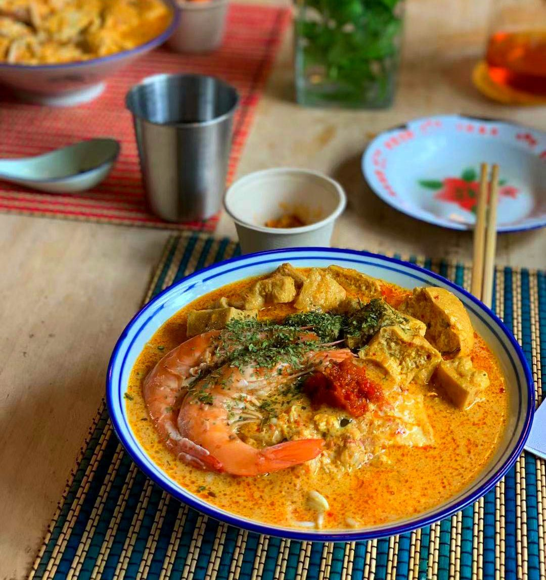 A large bowl of laska.